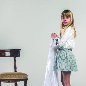 Conjunto de blusa y falda bordada
