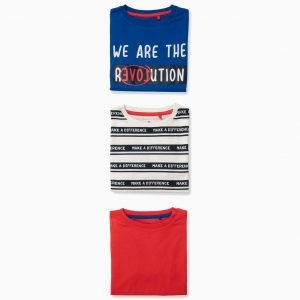 Pack de tres camisetas para niño, 100% algodón. Incluye una camiseta lisa roja, una azul con estampado delante y una arayas azules con texto azul. Etiquetas interiores estampadas para no irritar la piel.