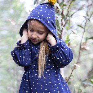 Vestido de niña de felpa en azul marino y estrellas. Con capucha y detalle mostaza.