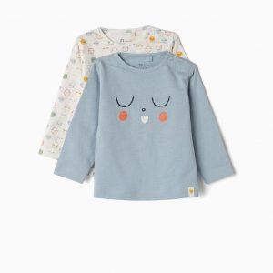 Pack de dos camisetas de manga larga para recién nacido, 100% algodón. Incluye una azul con estampado delante y una blanca con patrón. Cierre en el hombro con automáticos. Etiquetas estampadas para no irritar la piel.